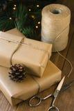 Cadeaux rustiques de Noël sur le fond en bois photo stock