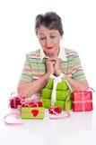 Cadeaux sur l'anniversaire de grand-mère - une femme plus âgée d'isolement sur le fond blanc Image libre de droits