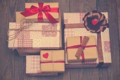 Cadeaux sur le fond en bois dans le style de vintage Image libre de droits