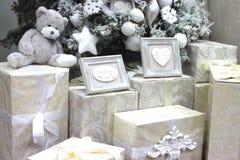 Cadeaux, surprises et un ours de nounours blanc mol sous l'arbre de Noël pendant la nouvelle année images stock