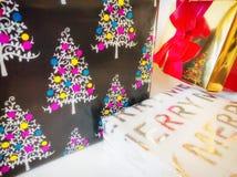 cadeaux trois de Noël Fin vers le haut Papier d'emballage photo stock