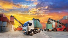 Cadeia de aprovisionamento da logística na tela com carga industrial do recipiente