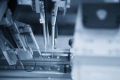 A cadeia de fabricação da placa eletrônica com microchip fotografia de stock