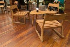 Cadeira & tabela de madeira Fotografia de Stock Royalty Free