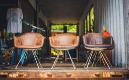 Cadeira antiga do coxim do couro de Brown fotos de stock royalty free