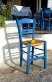 Cadeira azul com limão fotos de stock royalty free