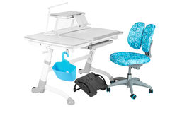 Cadeira azul, mesa cinzenta da escola, cesta azul, lâmpada de mesa e apoio preto sob os pés Imagem de Stock Royalty Free