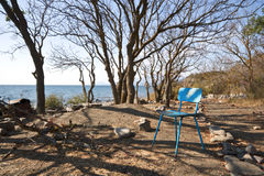 Cadeira azul no acampamento na costa do Mar Negro, Crimeia Foto de Stock Royalty Free