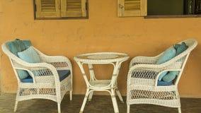 Cadeira bonita do vime dos pares na sala foto de stock royalty free