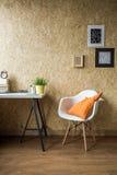 Cadeira branca com coxim alaranjado imagem de stock