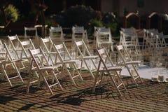 Cadeira branca na cerimônia de casamento fora Adultos novos fotografia de stock