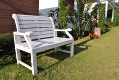 A cadeira branca no jardim Fotografia de Stock