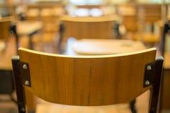 Cadeira clássica da sala de aula com barra do braço foto de stock