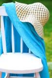 Cadeira com chapéu e toalha fotos de stock royalty free