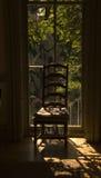 Cadeira com luz solar do indicador Fotos de Stock