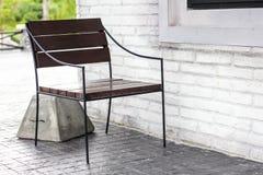 Cadeira contra a parede Imagem de Stock