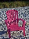 Cadeira cor-de-rosa em uma praia Fotos de Stock Royalty Free