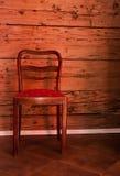 Cadeira da antiguidade no fundo de madeira velho da parede imagem de stock royalty free