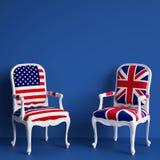 A cadeira da bandeira de Reino Unido e os EUA embandeiram a cadeira no fundo azul com espaço da cópia ilustração stock