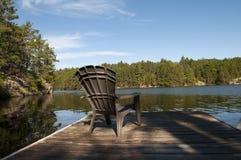 Cadeira da casa de campo na doca fotos de stock royalty free