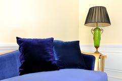 Cadeira da lâmpada e do sofá na sala de visitas Foto de Stock Royalty Free