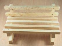 Cadeira da madeira pela madeira serrada Fotos de Stock
