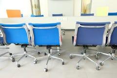 A cadeira da sala de reunião a sala não tem povos vazios foto de stock