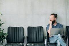 Cadeira de assento de espera da entrevista de trabalho do homem pensativo foto de stock royalty free