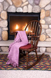 Cadeira de balanço de madeira na frente da chaminé Home Fotografia de Stock Royalty Free