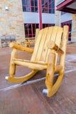 Cadeira de balanço de madeira no pátio de uma construção imagens de stock royalty free