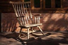 Cadeira de balanço na cabine velha Fotos de Stock