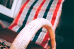 Cadeira de balanço no jardim imagens de stock