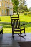 Cadeira de balanço no patamar velho da vila Imagem de Stock