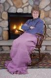 Cadeira de balanço sênior madura irritada louca da mulher, incêndio Fotografia de Stock Royalty Free