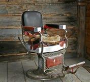 Cadeira de barbeiro velha. imagens de stock