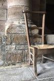 Cadeira de Brown contra a parede na igreja Imagens de Stock