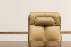 Cadeira de couro e mesa Fotos de Stock