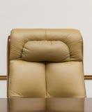 Cadeira de couro e mesa Foto de Stock Royalty Free
