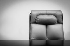 Cadeira de couro e mesa Fotos de Stock Royalty Free