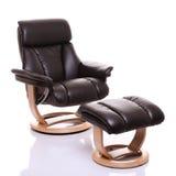 Cadeira de couro luxuoso do recliner com footstool Fotografia de Stock Royalty Free