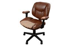 Cadeira de couro marrom gastada do escritório, fundo do isolado Fotos de Stock Royalty Free