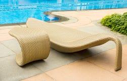 Cadeira de descanso pela piscina Fotos de Stock Royalty Free