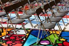 A cadeira de dobradura plástica de dobramento ajustou-se em uma área colorida do Dr. fotografia de stock