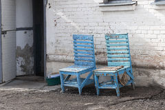 Cadeira de dois azuis perto do estar aberto Fotos de Stock Royalty Free