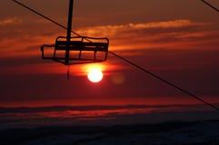 Cadeira de encontro a um nascer do sol do sangue imagens de stock royalty free