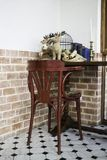 Cadeira de jantar de madeira curvada no restaurante Fotos de Stock