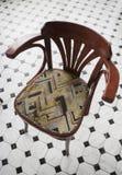 Cadeira de jantar de madeira curvada no restaurante Imagem de Stock