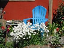 Cadeira de jardim azul foto de stock