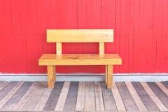 Cadeira de jardim de madeira bonita no jardim Imagem de Stock
