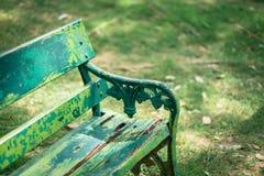 Cadeira de jardim de madeira bonita no jardim Fotografia de Stock